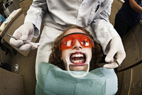 An Orthodontist Removing Braces From A Patient Who Has A Mouth Spreader In. 20055018302| 写真素材・ストックフォト・画像・イラスト素材|アマナイメージズ