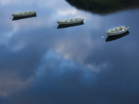 Three rowing boats on lake, reflecting blue sky and clouds 20055019891| 写真素材・ストックフォト・画像・イラスト素材|アマナイメージズ