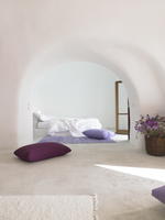 All white with a hint of lavender bedroom setting 20055020981| 写真素材・ストックフォト・画像・イラスト素材|アマナイメージズ