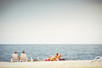 Some people relaxing in deckchairs by the sea, summer mood 20055022952| 写真素材・ストックフォト・画像・イラスト素材|アマナイメージズ