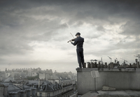 A violinist shares a song with the streets of Paris 20055025124| 写真素材・ストックフォト・画像・イラスト素材|アマナイメージズ
