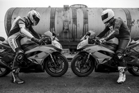 Two motorcycle riders on their motorcycle facing each other 20055028691| 写真素材・ストックフォト・画像・イラスト素材|アマナイメージズ