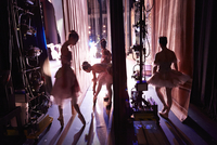 Young ballerinas backstage in the wings. 20055031820| 写真素材・ストックフォト・画像・イラスト素材|アマナイメージズ
