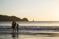 mother and two sons standing in the ocean with backlit costa rican shoreline behind them at sunset 20055032031| 写真素材・ストックフォト・画像・イラスト素材|アマナイメージズ