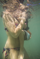 underwater shot of woman in bikini holding a 5 year old on her arms. 20055032135| 写真素材・ストックフォト・画像・イラスト素材|アマナイメージズ