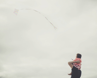 Toddler on father's shoulders flying kite 20055034701| 写真素材・ストックフォト・画像・イラスト素材|アマナイメージズ