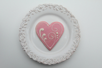 Heart-shaped pink Valentine Cookie on a Plate 20055035025| 写真素材・ストックフォト・画像・イラスト素材|アマナイメージズ
