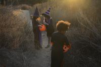Group of Multiethnic tween girls, ages 8-11, dressed as witches celebrate Haloween and friendship in autumn setting 20055035067| 写真素材・ストックフォト・画像・イラスト素材|アマナイメージズ