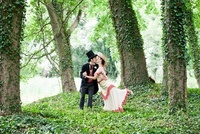 Bridal couple in 1920s style clothing, kissing in park 20056004611| 写真素材・ストックフォト・画像・イラスト素材|アマナイメージズ