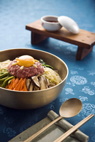 Raw egg, meat and vegetables in bowl 20056007937| 写真素材・ストックフォト・画像・イラスト素材|アマナイメージズ