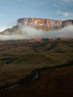 The magnificent Mount Roraima, towers above the forest landscape of the Gran Sabana in Venezuela 20056008016| 写真素材・ストックフォト・画像・イラスト素材|アマナイメージズ
