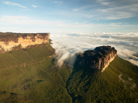 The magnificent Mount Roraima, towers above the forest landscape of the Gran Sabana in Venezuela 20056008020| 写真素材・ストックフォト・画像・イラスト素材|アマナイメージズ