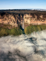 The magnificent Mount Roraima, towers above the forest landscape of the Gran Sabana in Venezuela 20056008022| 写真素材・ストックフォト・画像・イラスト素材|アマナイメージズ