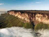 Water falls from the magnificent Mount Roraima, which towers above the forest landscape of the Gran Sabana in Venezuela 20056008023| 写真素材・ストックフォト・画像・イラスト素材|アマナイメージズ