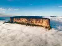 The magnificent Mount Roraima towers above the clouds hanging over the Gran Sabana in Venezuela 20056008024| 写真素材・ストックフォト・画像・イラスト素材|アマナイメージズ