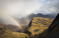 Passing storm, rainbow and mountain lake, Red Cuillin from Bla Bheinn mountain, Isle of Skye, Scotland 20056008955| 写真素材・ストックフォト・画像・イラスト素材|アマナイメージズ