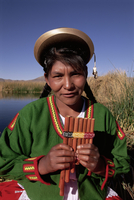 Head and shoulders portrait of a Uros Indian woman holding pipes, on floating reed island, Islas Flotantes, Lake Titicaca, Peru, 20062011744| 写真素材・ストックフォト・画像・イラスト素材|アマナイメージズ