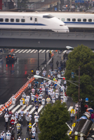 Elevated view of runners competing in the 2007 Tokyo marathon, Shinkansen (Bullet train) passing overhead, Sukiyabashi crossing, 20062012189| 写真素材・ストックフォト・画像・イラスト素材|アマナイメージズ