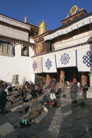 Tibetan Buddhist pilgrims prostrating in front of the Jokhang temple, Lhasa, Tibet, China, Asia 20062012447| 写真素材・ストックフォト・画像・イラスト素材|アマナイメージズ