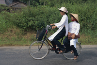 Two school girls in traditional Ao Dai on a bicycle in the Mekong Delta region south of Ho Chi Minh City in Vietnam, Indochina, 20062012586| 写真素材・ストックフォト・画像・イラスト素材|アマナイメージズ