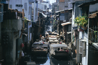 Narrow waterway between houses, Ho Chi Minh City (formerly Saigon), Vietnam, Indochina, Southeast Asia, Asia 20062014710| 写真素材・ストックフォト・画像・イラスト素材|アマナイメージズ