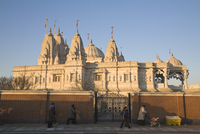 People walking past Shri Swaminarayan Mandir Temple, the largest Hindu temple outside India, winner of UK Pride of Place award 2 20062015175| 写真素材・ストックフォト・画像・イラスト素材|アマナイメージズ
