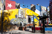Buildings painted in colourful Afro-Cuban art, masterminded by artist Salvador Gonzalez Escalona, Callejon de Hamel, Havana, Cub 20062015994| 写真素材・ストックフォト・画像・イラスト素材|アマナイメージズ