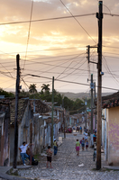 View along traditional cobbled street at sunset, Trinidad, Cuba, West Indies, Central America 20062016002| 写真素材・ストックフォト・画像・イラスト素材|アマナイメージズ