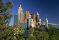 Copy Statue of Liberty and the New York New York Hotel and Casino, on skyline of Las Vegas, Nevada, United States of America, No 20062018809| 写真素材・ストックフォト・画像・イラスト素材|アマナイメージズ