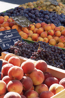 Fruit, peaches and grapes, for sale on market in the Rue Ste. Claire, Annecy, Haute-Savoie, Rhone-Alpes, France, Europe 20062019023| 写真素材・ストックフォト・画像・イラスト素材|アマナイメージズ