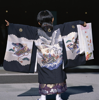 Back view of a small boyin traditional clothing at the Shichi-go-san (3-5-7) festival, Meiji-jingu Shrine, Harajuku, Tokyo, Japa 20062019593| 写真素材・ストックフォト・画像・イラスト素材|アマナイメージズ