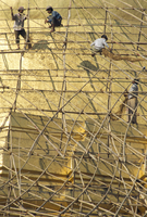 Workers on bamboo scaffolding applying fresh gold leaf to the Shwedagon Pagoda, Yangon (Rangoon), Myanmar (Burma), Asia 20062020832| 写真素材・ストックフォト・画像・イラスト素材|アマナイメージズ