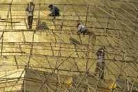 Workers on bamboo scaffolding applying fresh gold leaf to the Shwedagon Pagoda, Yangon (Rangoon), Myanmar (Burma), Asia 20062020833| 写真素材・ストックフォト・画像・イラスト素材|アマナイメージズ