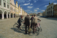 A group of elderly men talking in the 16th century town square in Telc, UNESCO World Heritage Site, South Moravia, Czech Republi 20062020923| 写真素材・ストックフォト・画像・イラスト素材|アマナイメージズ