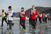 The 9th Lake Baikal Ice marathon, Lake Baikal, Irkutsk Oblast, Siberia, Russian Federation, Eurasia 20062022214| 写真素材・ストックフォト・画像・イラスト素材|アマナイメージズ