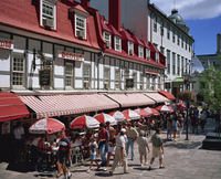 Street scene with hotel, restaurants and pavement cafes on Place d'Armes in Quebec City, Quebec, Canada, North America 20062023749| 写真素材・ストックフォト・画像・イラスト素材|アマナイメージズ