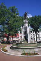 Fountain in the Place d'Armes in Quebec City, Quebec, Canada, North America 20062023753| 写真素材・ストックフォト・画像・イラスト素材|アマナイメージズ