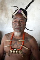 Naga man, Nokphong Wangpen, head hunter, with chest tattoo marking him as having taken a head, and Naga necklace, Nagaland, Indi 20062025521| 写真素材・ストックフォト・画像・イラスト素材|アマナイメージズ