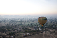 Hot air balloon in the early morning, flying over countryside and the village of Samode, Rajasthan, India, Asia 20062025655| 写真素材・ストックフォト・画像・イラスト素材|アマナイメージズ