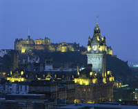 Edinburgh Castle and the Waverley Hotel clock tower illuminated at dusk, Edinburgh, Lothian, Scotland, United Kingdom, Europe 20062026481| 写真素材・ストックフォト・画像・イラスト素材|アマナイメージズ