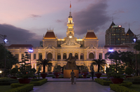 Hotel de Ville (People's Committee Building) with public garden in foreground at dusk, Ho Chi Minh City (Saigon), Vietnam, Indoc 20062028162| 写真素材・ストックフォト・画像・イラスト素材|アマナイメージズ