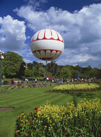 The Bournemouth Eye, a tethered balloon giving rides above the town, Lower Gardens, Bournemouth, Dorset, England, United Kingdom 20062028818| 写真素材・ストックフォト・画像・イラスト素材|アマナイメージズ