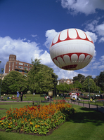 The Bournemouth Eye in Lower Gardens, the tethered balloon gives rides up to 500 feet above the town, Bournemouth, Dorset, Engla 20062028819| 写真素材・ストックフォト・画像・イラスト素材|アマナイメージズ