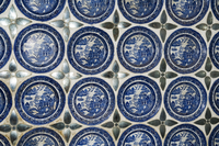 Willow pattern plates embedded in the walls of the Juna Mahal Fort, Dungarpur, Rajasthan state, India, Asia 20062031426| 写真素材・ストックフォト・画像・イラスト素材|アマナイメージズ