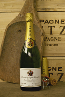 Close-up of a single bottle of Deutz champagne from Ay-en-Champagne, Ardennes, France, Europe 20062037263| 写真素材・ストックフォト・画像・イラスト素材|アマナイメージズ