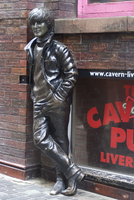 Statue of John Lennon near the original Cavern Club, Matthew Street,  Liverpool, Merseyside, England, United Kingdom, Europe 20062037833| 写真素材・ストックフォト・画像・イラスト素材|アマナイメージズ
