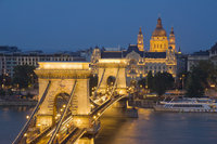 Night view of the Chain Bridge (Szechenyi Lanchid), illuminated, over the River Danube with the Gresham Hotel, St. Stephen's bas 20062039135| 写真素材・ストックフォト・画像・イラスト素材|アマナイメージズ