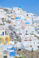 Orthodox churches and stuccoed colorful houses, Oia, Santorini, Cyclades Islands, Greek Islands, Greece, Europe 20062041101| 写真素材・ストックフォト・画像・イラスト素材|アマナイメージズ