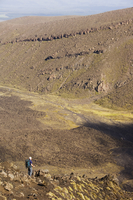 Hikers walking through a lava field on the Tongariro Crossing, Tongariro National Park, the oldest national park in the country, 20062046103| 写真素材・ストックフォト・画像・イラスト素材|アマナイメージズ