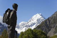 A statue of Sir Edmund Hillary, the first man to climb Mount Everest, in front of the Hermitage Hotel and Aoraki (Mount Cook), 3 20062046112| 写真素材・ストックフォト・画像・イラスト素材|アマナイメージズ